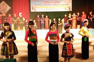 Các thí sinh tham gia trình diễn trang phục dân tộc.